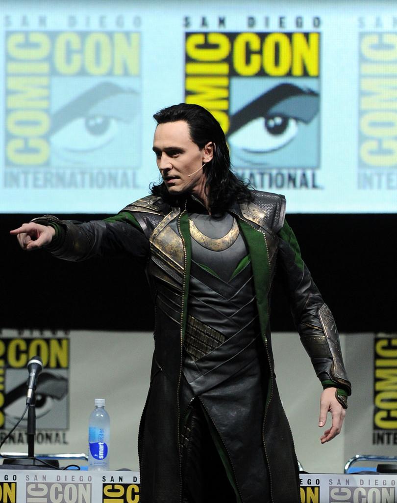 tom-hiddleston-loki-comiccon-kneel
