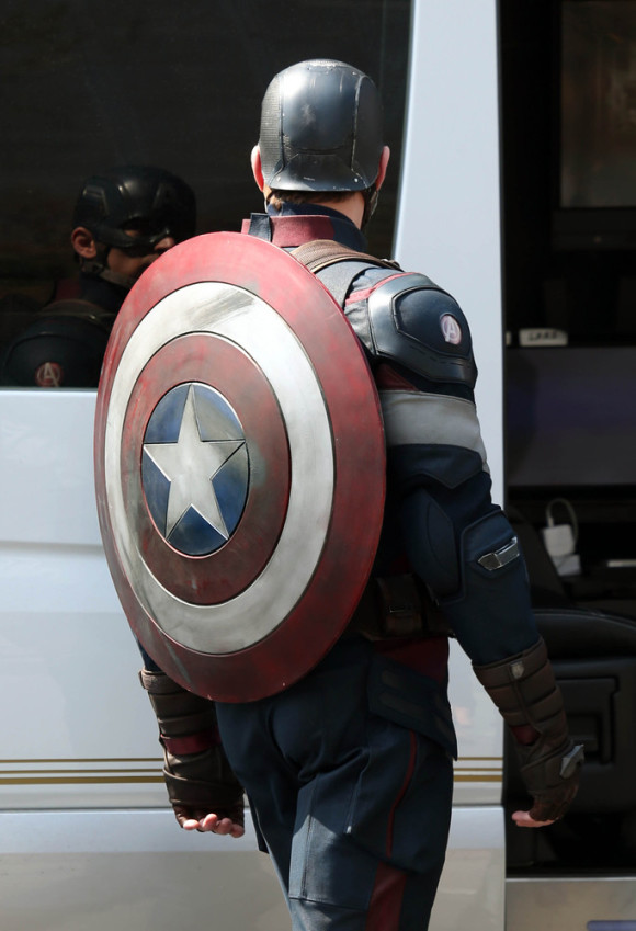avengers-age-of-ultron-tournage-captain-america-shield