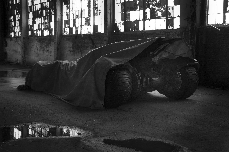 Batman vs. Superman : Zack Snyder tease… la nouvelle Batmobile !