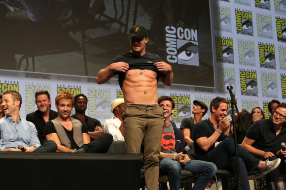 stephen-amell-abs-comic-con-panel-arrow
