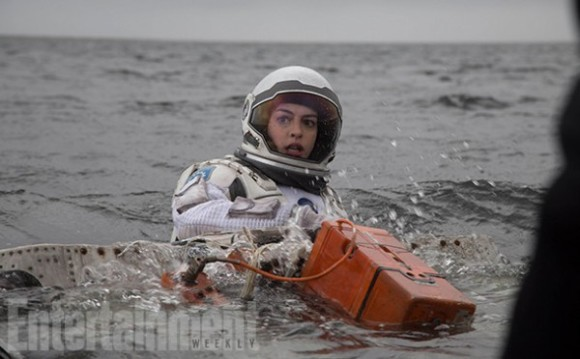 anne-hathaway-swimming-interstellar
