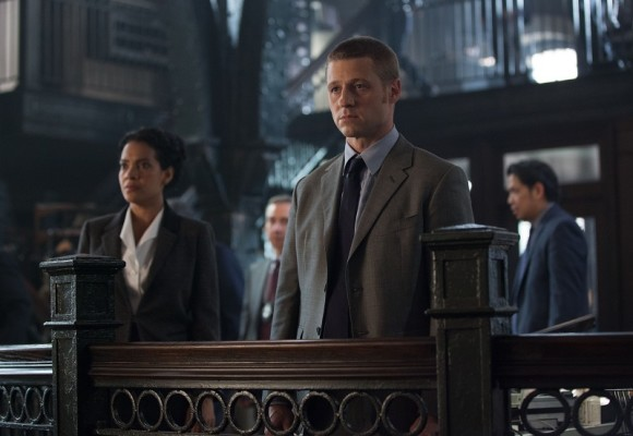 gotham-episode-penguin-umbrella-police