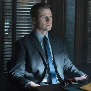 Dernier épisode de l'année pour Gotham ! La série super-héroïque numéro 1 du public tire provisoirement sa révérence avec 'LoveCraft'. […]