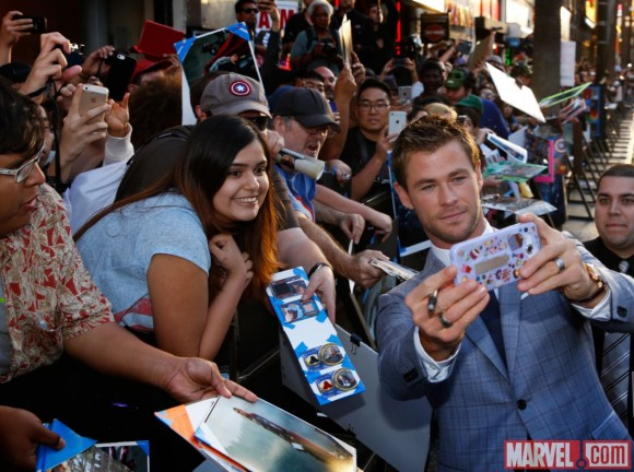 avengers-age-of-ultron-world-premiere-selfie-hemsworth