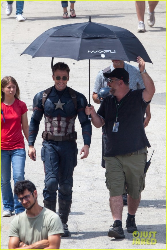 Franchise Marvel/Disney #3 Chris-evans-anthony-mackie-get-to-action-captain-america-civil-war-umbrella-580x868