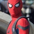 Et voici… les premières images de Tom Holland en costume sur le tournage de Spider-Man : Homecoming (via Looper) ! […]