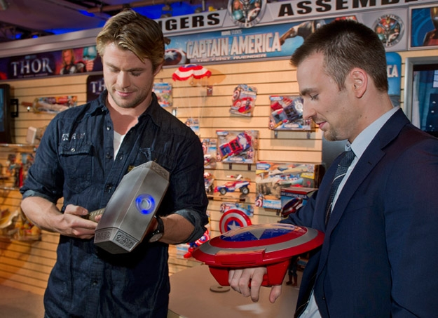 captain america thor les acteurs et leurs jouets au toy fair 2011 les toiles h ro ques